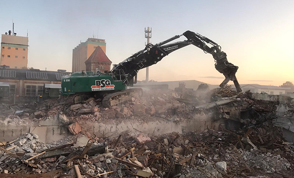 Bagger beim Abbruch eines Gebäudes